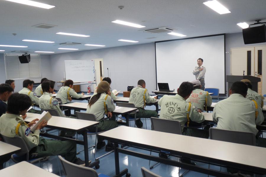 普通救命救急講習を受講する社員たち