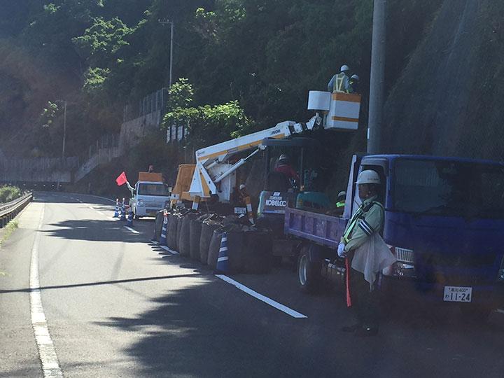 トラック横転の為、電柱倒壊。国土第一警備保障、緊急出動です。